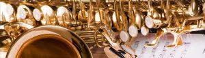 Saxofoon op bladmuziek